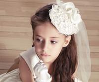 ingrosso accessori delle mani delle ragazze dei fiori-Veli bianchi adorabili della ragazza di fiore di nozze del bordo del pizzo con i fiori fatti a mano degli accessori di spettacolo della ragazza dei cappelli del cappello che spedice liberamente