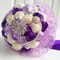 gelin düğün buketi mor toptan satış-Sıcak 2015 Düğün Buket Mor Gül Çiçekler Ile Dantel Dekorasyon Ile Inciler ve Elmas Ipek Kristal Karışık 30 * 29 Çiçek Gelin Buketi