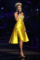 beyonce boyun toptan satış-Beyonce Knowlesx Diz Boyu Örgün Abiye Boncuklu Saten Jewel Boyun Rocks Overskirt Parti Balo Elbise Kırmızı Halı Ünlü Elbiseleri