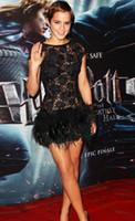 kısa siyah dantel tüy elbiseleri toptan satış-Vestido de Festa Çarpıcı Seksi Mini Kısa Siyah Emma Watson Cap Kollu Dantel ve Tüy Balo Parti Elbise ile Ünlü Elbiseleri