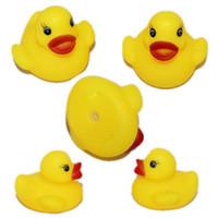 kinder ente schwimmt großhandel-50pcs Günstige Mini gelbe Gummi-Enten-Baby-Bad Wasserspielzeug zum Verkauf Kids Bath PVC-Ente mit Sound schwimm duch Großhandel - 0009CHR