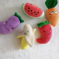 plüsch spielzeug früchte gemüse großhandel-Hundespielzeug Squeaky Plüsch Sound Obst Gemüse Haustier Kauen Squeaker Kreatives Design Pet Spielzeug 2 8em C R