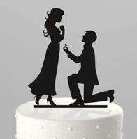 wedding cake supplies decorations achat en gros de-Romantique Creative Wedding Cake Décorations De Gâteau Acrylique Topper À Genoux Proposer Le Mariage Dans Le Gâteau Top Pas Cher Fournitures De Mariage Décoration De Fête