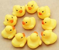 banyo oyuncakları ördekler toptan satış-4000 adet / grup Bebek Banyo Su Oyuncak toys Sesler Mini Sarı Kauçuk Ördekler Çocuklar Batırın Çocuk Swiming Plaj Hediyeler