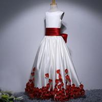 vestido de casamento vermelho arco branco venda por atacado-Modest Até O Chão Flor Menina Vestidos de Vermelho e Branco Crianças Vestidos Formais Jewel Neck Sem Mangas Arco Pétalas Vestido para o Casamento