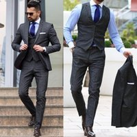 2018 Uomini grigio scuro Suit Smoking dello sposo Groomsmen Abiti formali Business Men Wear Tre pezzi Wedding Bestman Wear (Jacket + Pants + Vest)