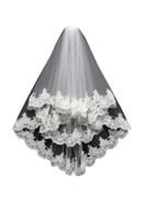 tül dantel kenarı toptan satış-Güzel Beyaz Iki Katmanlı Kısa Gelin Veils Ile Dantel Kenar Tül Ucuz Düğün Peçe Düğün Aksesuar Ücretsiz Nakliye Stokta
