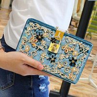 Wholesale Handmade Clutches - Handmade carved exquisite diamond ladies bag chain acrylic diamond pearl flowers women banquet package of high-end carved womens bags