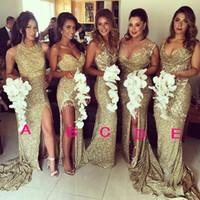 vestidos de dama de alta longitud de coral al por mayor-Vestidos de damas de honor espumosos dorados Lado alto dividido Escote escarpado Longitud del piso Vestidos de dama de honor Vestidos formales para el banquete de boda