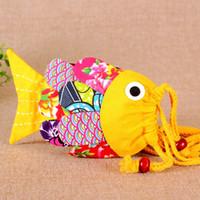 monederos para niños al por mayor-Mano que hace la historieta linda pequeña bolsa con cordón de pescado colorido regalo para niños monedero de algodón estilo nacional pequeño cambio mini bolsa soporte para teléfono