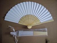 white fans for wedding оптовых-Бесплатная доставка,горячая saling 100 шт./лот Белый складной элегантный бумаги ручной вентилятор с подарочная сумка WeddingParty выступает 21 см