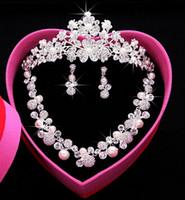conjuntos de joyas de boda tiara perla al por mayor-Caliente de lujo nuevos accesorios nupciales de tres piezas Accesorios para el cabello Crystal Tiaras del pelo NUEVO estilo de la boda Sistemas de la joyería