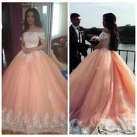 vestidos rosa macios mais tamanho venda por atacado-Elegante vestido de baile pêssego quinceanera vestidos off ombro mangas curtas appliqued tule plus size saudita árabe doce 16 vestido de baile
