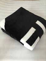estilo quente bolsas venda por atacado-Marca QUENTE preto jogar flanela cobertor de lã 2 tamanho-130x150 cm, 150x200 cm com saco de pó C estilo logotipo para Viagem, casa, escritório cobertor de sesta