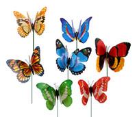 plumas de las fuentes del partido al por mayor-50 unids 12 cm colorido de dos capas de plumas grandes mariposas estacas adornos de jardín fuentes del partido decoraciones para el jardín exterior insectos falsos