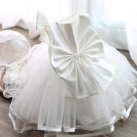 vaftizci elbisesi gelinlik toptan satış-Toptan-2017 Yenidoğan Vaftiz Elbise Bebek Kız Beyaz İlk Doğum Günü Partisi Için Sevimli Büyük Yay Güzel Bebek Vaftiz Gelinlik Giymek
