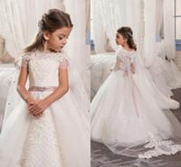 çiçek kıza cape white toptan satış-Beyaz Prenses Tül Pelerin Düğün Çiçek Kız Boncuklu Kurdele Ile Boncuk Kanat Kat Uzunluk Kısa Kollu Kızlar Pageant Törenlerinde Parti Elbiseler