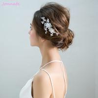 weiße haare blüht hochzeit großhandel-Beijia Einfache Weiße Blume Braut Haar Kamm Mode Hochzeit Haarteil Zubehör Brautjungfer Kopfschmuck Frauen Schmuck
