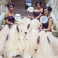 şampanya siyah nedime elbiseleri toptan satış-Muhteşem Siyah Dantel Aplikler Gelinlik Modelleri Seksi Kapalı Omuz Şampanya Tül Hizmetçi Onur Törenlerinde Kat Uzunluk Düğün Konuk Elbiseleri