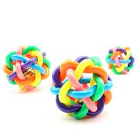 köpek çan oyuncakları toptan satış-Sıcak Satış Köpek Oyuncaklar Köpek Aksesuarları Çan Pet Topu Gökkuşağı Renk Kauçuk Malzeme Oyuncak Köpek Malzemeleri Çiğniyor