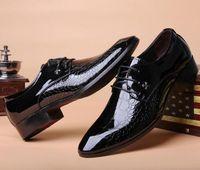 sapatos de vestido pontilhado inglaterra venda por atacado-Inglaterra sapatos masculinos homens de negócios de homens de verão coreano brilhante homens negros vestido de maré sapatos frete grátis