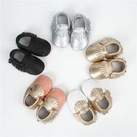 mocasín bebé niño zapato negro al por mayor-Zapatos de mocasines con borlas para bebés Prewalker Flecos Recién nacido Bebés Niñas Niños Oro Plata Negro Primer calzado plano sin cordones Calzado interior 0-30M