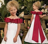 vestido de casamento vermelho arco branco venda por atacado-Bonito Fora Do Ombro Flor Meninas Vestidos 2017 Arco Vermelho escuro Cetim Branco Para O Casamento Do País Primeira Comunhão Vestidos Meninas Pageant Vestidos