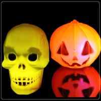 ingrosso luci gialle testa-LED Pumpkin Halloween Lights Decorazioni di Halloween Lanterna di plastica gialla a led con zucca e testa di cranio RGB lampada da notte 5cm * 5cm