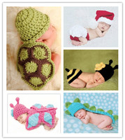 bebê prop dinossauro venda por atacado-Crochê bebê Bonito Capuz Cape hat 2 pc conjuntos Borboleta Tartaruga Abelhas Santa Dinossauro pequeno animal Animal chapéus para Recém-nascidos foto adereços