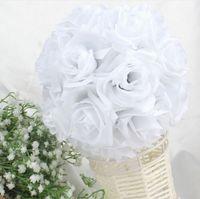 pomander de soie blanche achat en gros de-Mode Blanc Artificielle Fleur De Soie Rose Embrasser Des Balles De Mariage Pièce maîtresse Pomander Bouquet Décorations De Fête Livraison Gratuite