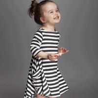 siyah beyaz yürümeye başlayan çocuk elbiseleri toptan satış-INS bebek kız için elbiseler 2019 Bahar siyah beyaz çizgili gevşek elbise toddler elbise ig cepler uzun kollu% 100% pamuk 1 T 2 T 3 T 4 T 5 T