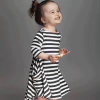 vestidos brancos para crianças pequenas venda por atacado-INS vestidos para o bebê menina 2019 Primavera preto branco listrado solto vestido da criança vestido ig bolsos de manga longa 100% algodão 1 T 2 T 3 T 4 T 5 T