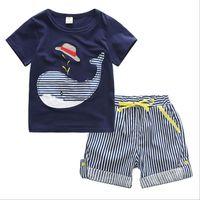 baleias bebê venda por atacado-Verão menino INS baleia chapéu listra terno novas crianças dos desenhos animados dinossauro ins manga curta T-shirt + calções 2 pcs terno roupas de bebê B001