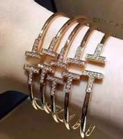 brazaletes de oro al por mayor-2016 Cubic Zirconia de dos letras T Forma Brazaletes Diseño Cobre 18 K Chapado en oro Brazalete Brazalete Brazalete Gemelos Enviar Mujeres regalo del día de San Valentín