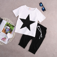 erkek beyaz harem pantolon toptan satış-Moda Çocuklar Bebek Erkek Yaz T-shirt Harem Pantolon Kıyafetler Tops 2 Adet Giyim Seti Siyah Beyaz Yıldız Pamuklu Giysiler 2-7 T Tiki Rahat Takım Elbise