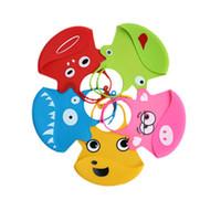 colector de baberos al por mayor-Los mejores baberos del silicón de la prenda impermeable Los baberos suaves del bebé con el bolsillo del catcher de la comida para los muchachos limpian fácilmente y limpian y secan el sistema de 2