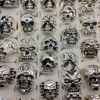 Anillos Vintage Plateado Baratos-Venta al por mayor Lots Top 50pcs Vintage Skull Carved Biker Men's Silver Plated Rings jewelry All Big Size
