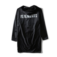polyester yağmurluklar toptan satış-Toptan-2017 Vetements Mektup Baskılı Kadın Erkek Su Geçirmez Ceket Ceket Boy Faydalı Yağmurluk Hiphop Erkekler Ceketler Rüzgarlık