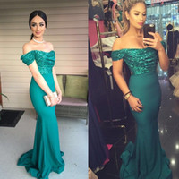 Compra Verde Smeraldo Verde Vestito Estivo-Romantico verde smeraldo Mermaid Prom Dresses 2018 Sexy Off The Shoulder Top paillettes Abiti da sera Lunga estate Fishtail Abiti Party Gown