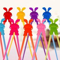 ingrosso apprendimento bacchette-Bacchette di addestramento Forma sveglia del coniglio Bambino in silicone precoce apprendimento Chopstick Helper Stoviglie da tavola Multi colore opzionale Hot 2 2qha R