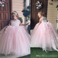 uzun ufak tefek elbiseler toptan satış-Sheer Boyun Çizgisi Sıcak Pembe Dantel Çiçek Kız Elbise Düğün için 2018 Ucuz Uzun Genç Pageant Elbise Küçük Çocuklar Örgün Parti Balo