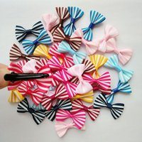 100PCS / lot Animaux de compagnie striation Arcs Clips Accessoires Épingles à cheveux Fournitures de toilettage Bowknot lot Fait à la main chat chiot ornements cheveux barrette