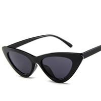 73f6166488 Lunettes de soleil yeux de chat rétro mignon sexy femmes petit noir blanc 2018  triangle vintage lunettes de soleil pas cher rouge uv400