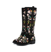 Cow Nubuck Leather Femmes Chaussures longues Chaussures Broder fleurs Thick Heel Flat Femmes Bottes Ethnic Style Warm Plush Inner Knee High Boots Mujer