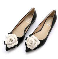 sıcak tek ayakkabı toptan satış-Bahar sıcak Tatlı ayakkabı marka stil kadın Rahat ayakkabılar kamelya çiçekler karışık renkler sığ ağız sivri burun düz ayakkabı bayan tek ayakkabı