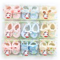 neugeborene babystickerei großhandel-Neugeborene Schuhe Säuglinge 2016 Herbst Baby Schuhe weichen Samt Schuh Mutterschaft 0-3months schöne Stickerei rosa hellblau gelb