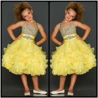 ingrosso vestito di perline giallo per i capretti-Gli abiti pageant di cristallo gialli in rilievo svegli per le ragazze 2017 increspano i vestiti da promenade del vestito da spettacolo di Organza Glitz dei bambini