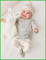bunny tutu toptan satış-2016 bebek Kız giysileri set pamuk Moda mektup tavşan baskılı 3 ADET Sevimli Bunny Yenidoğan Bebek Oğlan Kız Bodysuit Şapka T-shirt Pantolon