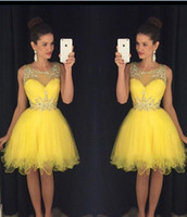 vestido corto de graduación amarillo al por mayor-2016 nuevos vestidos de regreso a casa Jewel Neck Ilusión Yellow Crystal Beads Tulle Short longitud de la rodilla del partido de graduación Formal Plus Size Cocktail Gown