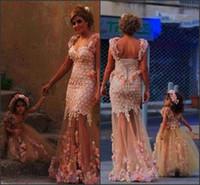 blush blumen großhandel-Erröten Schöne Blumenmädchenkleider Mutter und Tochter Schatz mit Riemen 3D Blumen Blumen Durchsichtig Rock Party Kleider BO7209